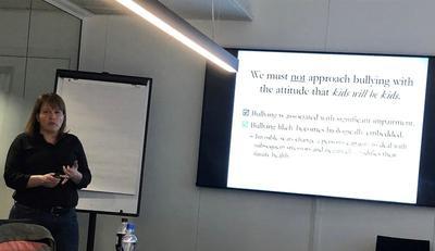 Ta mobbing på alvor: Professor Tracy Vaillancourt understrekte hvor stor betydning jevnaldrende har på en sunn utvikling hos barn. Foto: Kristin Horn Talgø.